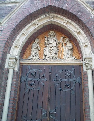 St. Theresia - Hauptportal mit Relief